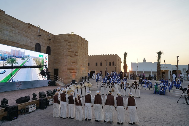 القرية التراثية في مهرجان الجنادرية تستقطب عشرات الآلاف من الأسر السعودية